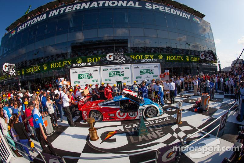 DP victory lane: overall-winnaars Charlie Kimball, Juan Pablo Montoya, Scott Pruett, Memo Rojas vier