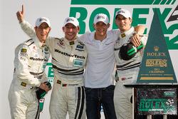 GT victory lane: Klasse-winnaars Filipe Albuquerque, Oliver Jarvis, Edoardo Mortara, Dion von Moltke vieren het resultaat