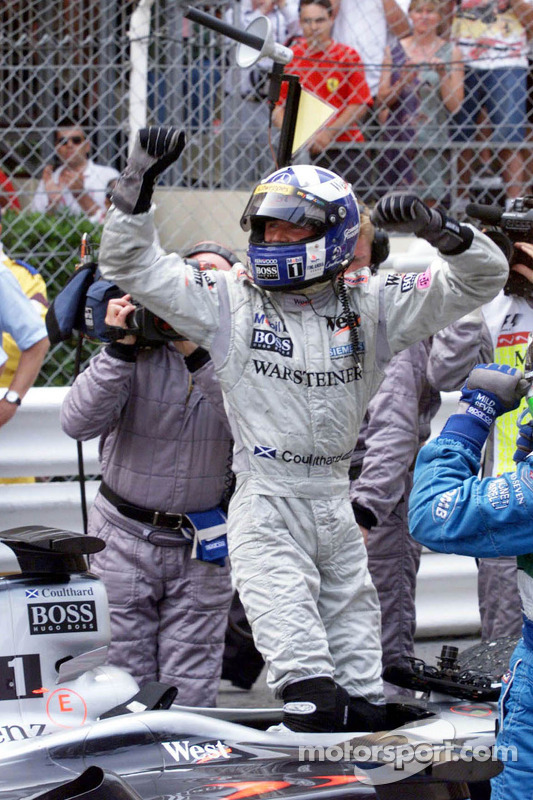 Ganador de la carrera David Coulthard celebra
