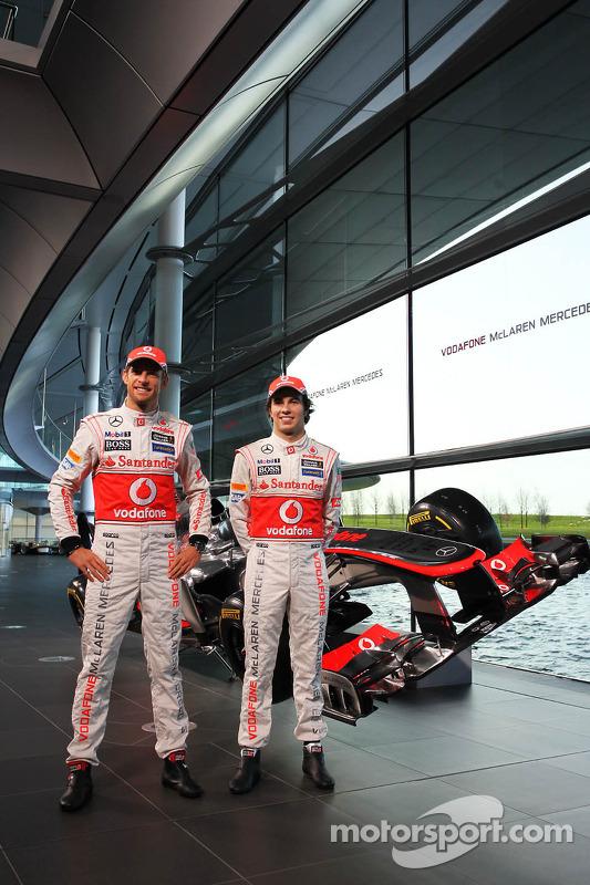 Jenson Button, McLaren e o companheiro de equipe Sergio Perez, McLaren com a nova McLaren MP4-28