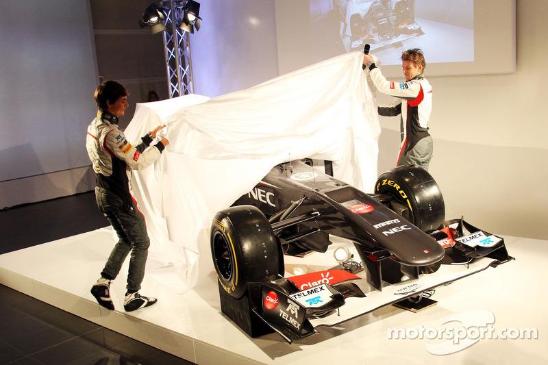 Esteban Gutierrez, Sauber and team mate Nico Hulkenberg, Sauber unveil the Sauber C32