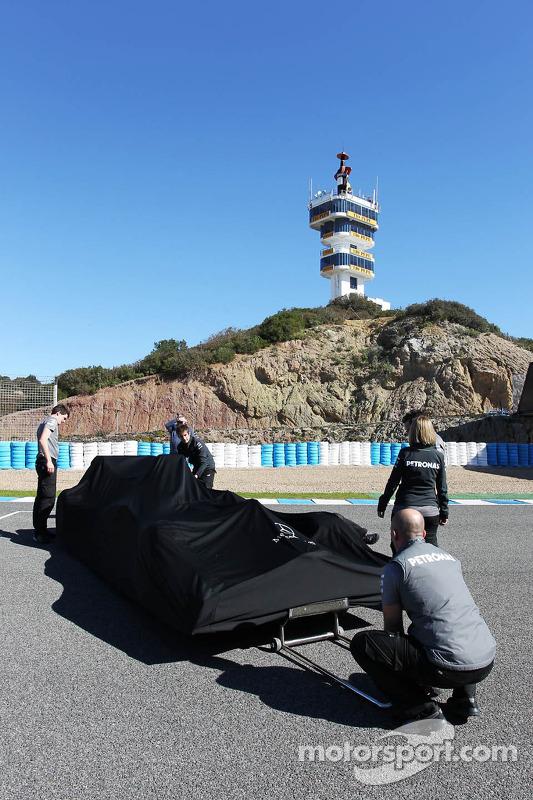 Mercedes AMG F1 W04 é preparado para apresentação