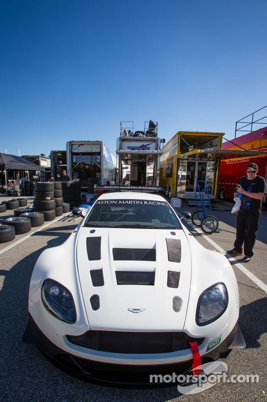 Carro da Aston Martin Continental Tire Series no paddock