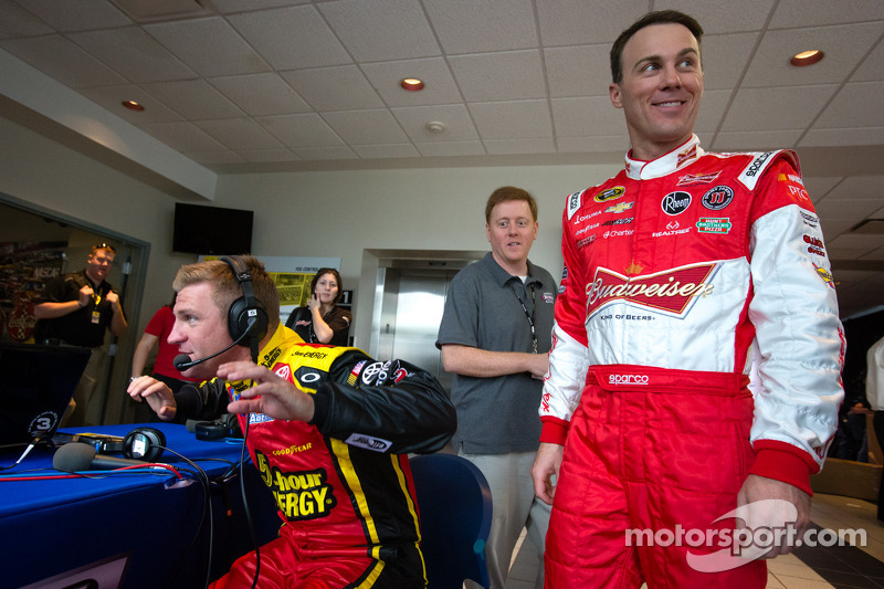 Clint Bowyer, Michael Waltrip Racing Toyota en Kevin Harvick, Richard Childress Racing Chevrolet lac