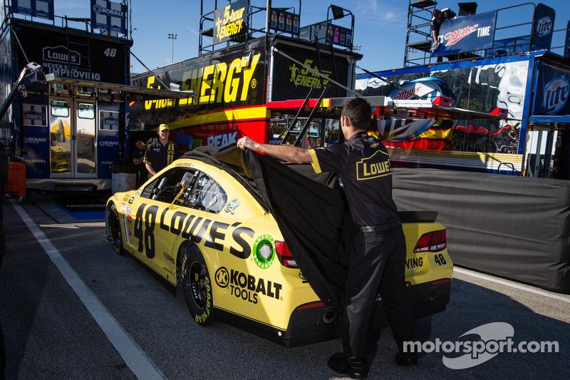 De auto van Jimmie Johnson, Hendrick Motorsports Chevrolet wordt afgeschermd door het team