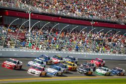 Trevor Bayne, Wood Brothers Racing Ford e Kevin Harvick, Richard Childress Racing Chevrolet disputam