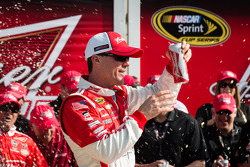 Pós-corrida: o vencedor Kevin Harvick, Richard Childress Racing Chevrolet, comemora