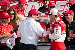 Pós-corrida: o vencedor Kevin Harvick, Richard Childress Racing Chevrolet, comemora com Richard Chil