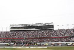 Start: Danica Patrick, Stewart-Haas Racing Chevrolet leads