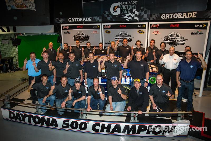 2013 Daytona 500 winnend team poseert: Jimmie Johnson, Rick Hendrick, Chad Knaus en het team
