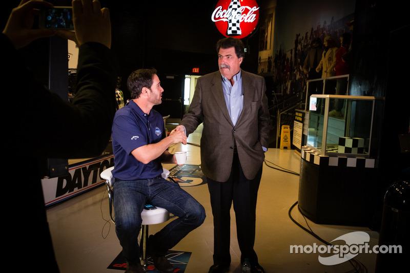 2013 Daytona 500-winnaar Jimmie Johnson, Hendrick Motorsports Chevrolet, met NASCAR President Mike Helton