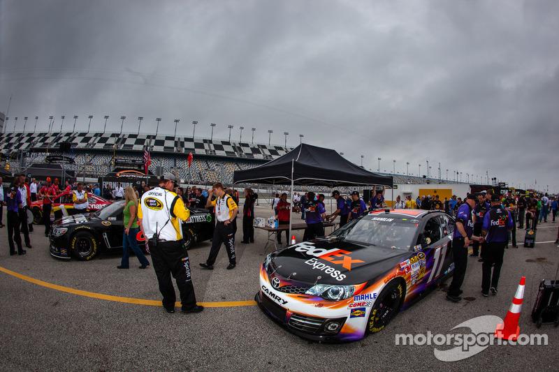 De auto van Denny Hamlin, Joe Gibbs Racing Toyota bij de technische keuring