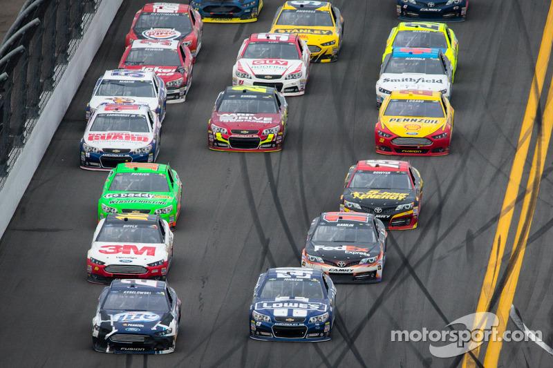 Brad Keselowski, Penske Racing Ford en Jimmie Johnson, Hendrick Motorsports Chevrolet in gevecht om de leiding