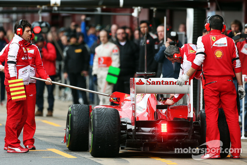 Fernando Alonso, Ferrari F138 returns to the pits with something attached to the fuel nozzle