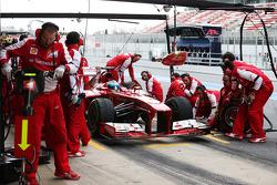Fernando Alonso, Ferrari F138 practices a pit stop