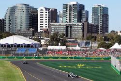 Ніко Росберг, Mercedes AMG F1 W04 попереду Льюіса Хемілтона, Mercedes AMG F1 W04