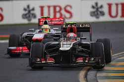 Romain Grosjean, Lotus F1 E21 leads Sergio Perez, McLaren MP4-28