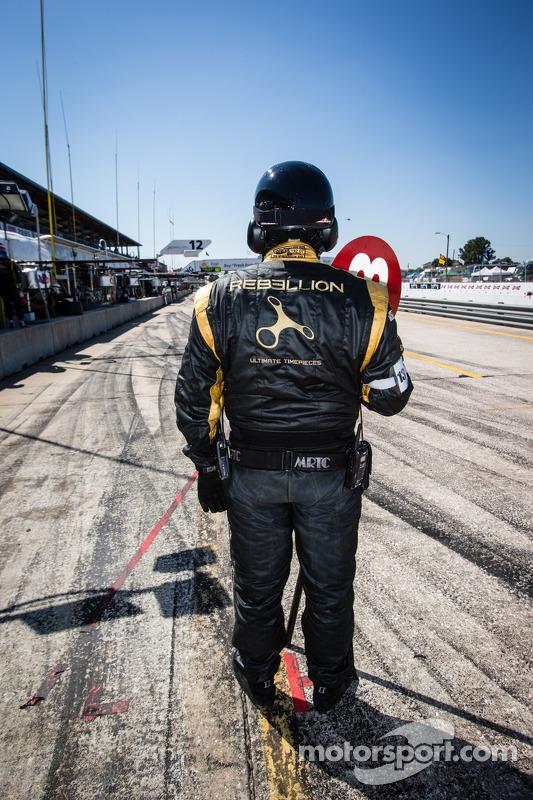 Rebellion Racing membro da equipe pronto para o pit stop