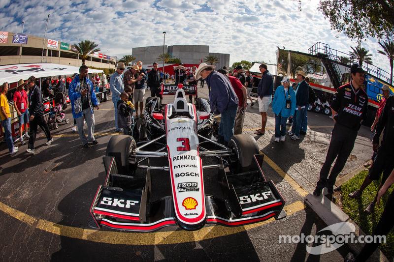 De auto van Helio Castroneves, Team Penske Chevrolet bij de technische keuring