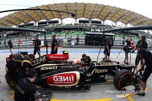 Romain Grosjean, Lotus F1 E21 in the pits