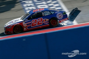 Joey Logano, Penske Racing Ford races to the finish after a crash on the last lap