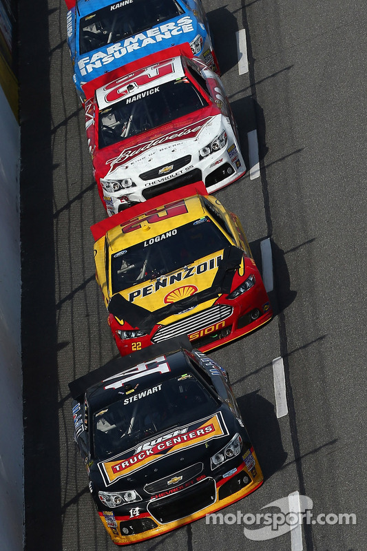 Tony Stewart, Stewart-Haas Racing Chevrolet leads a pack of cars