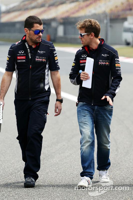 Sebastian Vettel, Red Bull Racing caminha no circuito com Guillaume Rocquelin , Red Bull Racing Engenheiro de Corrida