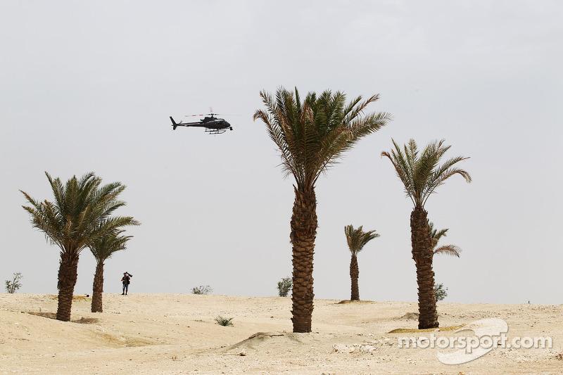 Een helicopter en een fotograaf in de woestijn