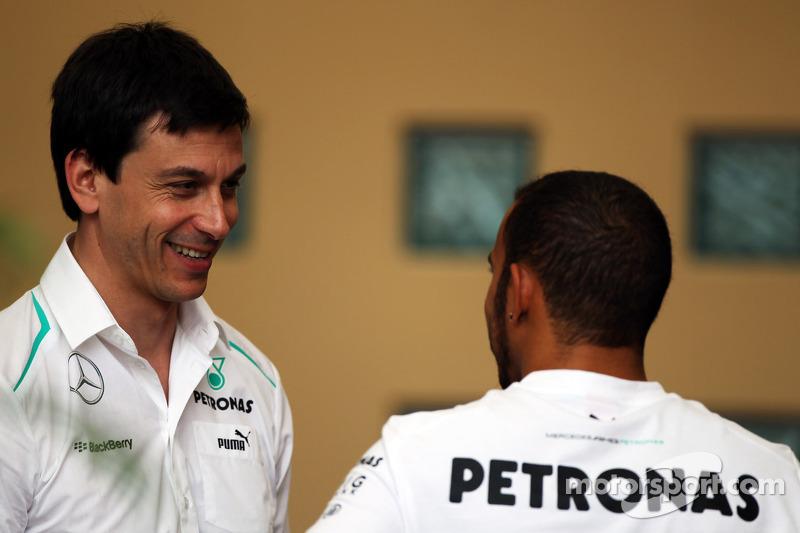 (L naar R): Toto Wolff, Aandeelhouder en directeur Mercedes AMG F1 met Lewis Hamilton, Mercedes AMG