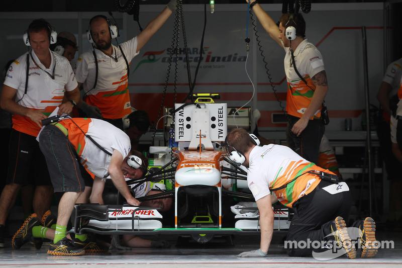 Adrian Sutil, Sahara Force India VJM06 in de pits