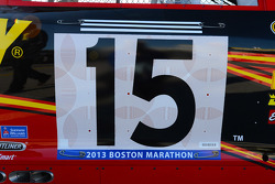Clint Bowyer, Michael Waltrip Racing Toyota, homenageia os mortos no atentado da Maratona de Boston