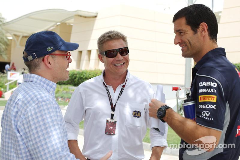 (L naar R): Jacques Villeneuve, met Mika Salo, FIA Steward en Mark Webber, Red Bull Racing