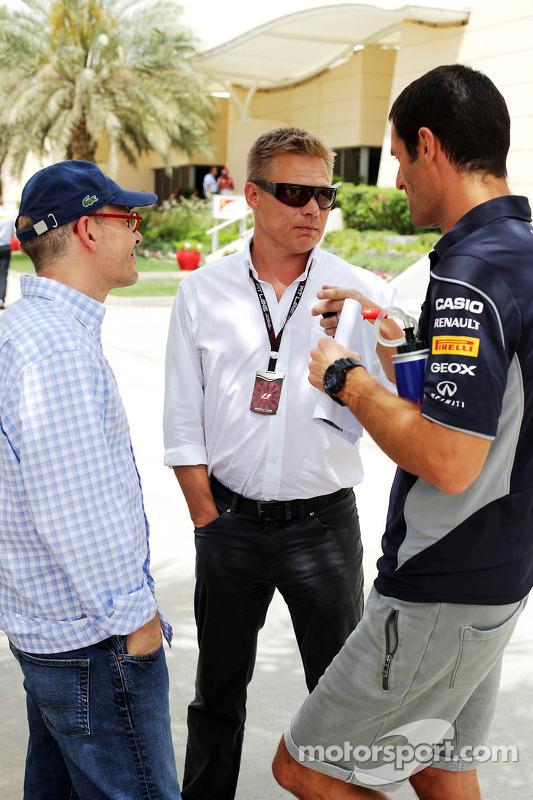 (Da esquerda para direita): Jacques Villeneuve, com Mika Salo, comissário da FIA, e Mark Webber, Red Bull Racing