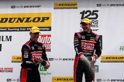Honda duo Gordon Shedden en Matt Neal spuiten met champagne op het podium