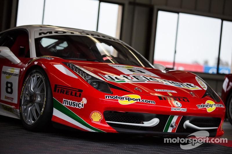#8 Ferrari 458 in de pits