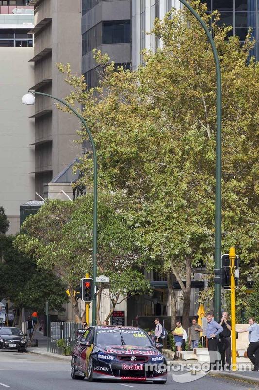 Craig Lowndes dirige pelas ruas da cidade de Perth com Kim Mickle, lançador de dardo olímpico
