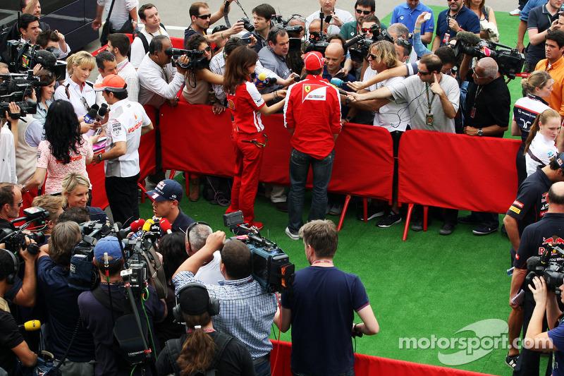 (L naar R): Sergio Perez, McLaren; Sebastian Vettel, Red Bull Racing; Fernando Alonso, Ferrari in de