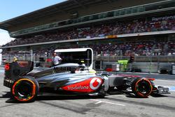 Sergio Perez, McLaren leaves the pits