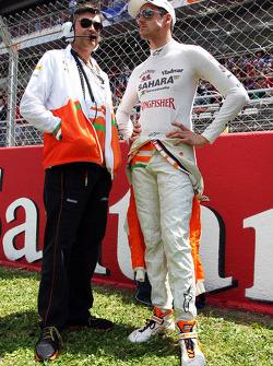 Adrian Sutil, Sahara Force India F1, com Bradley Joyce, seu engenheiro na pista