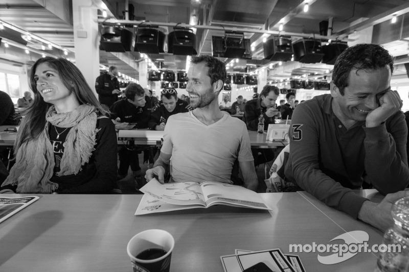 Cyndie Allemann, Sven Hannawald en Thorsten Drewes lachen