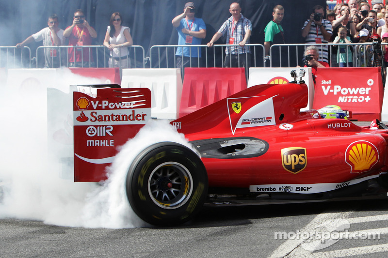 Felipe Massa, Scuderia Ferrari, drives the streets of Warsaw during the Shell V-Power Nitro+