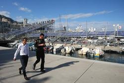 (L naar R): Alain Prost, met Eric Boullier, Teambaas Lotus F1