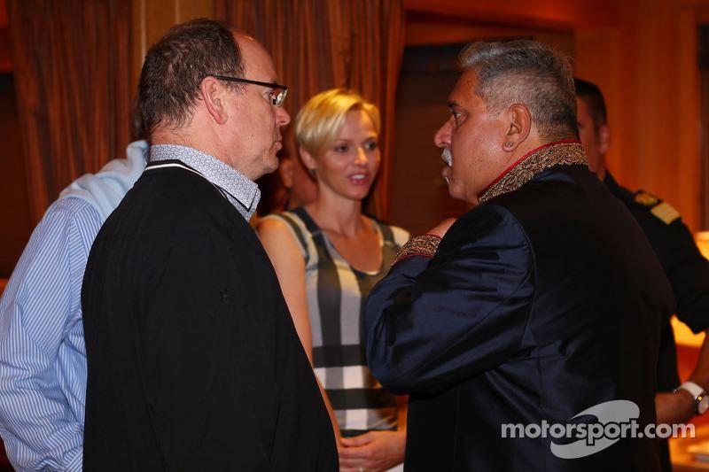 (L naar R): Prins Albert van Monaco, met zijn vrouw Prinses Charlene van Monaco, en Dr. Vijay Mallya, Eigenaar Sahara Force India F1 bij de Signature F1 Monaco Party