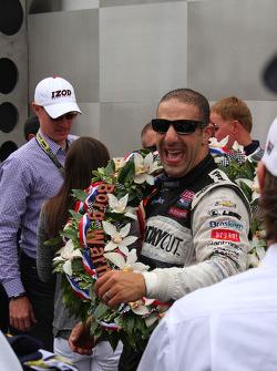 Ganador de la carrera Tony Kanaan celebra