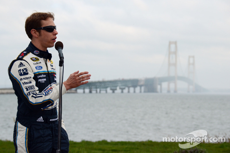 Brad Keselowski, Penske Racing Ford rijdt over de Mackinac Bridge om de race op de Michigan International Speedway te promoten