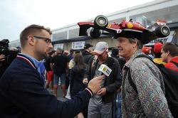 Een fan met een Ferrari op zijn hoofd