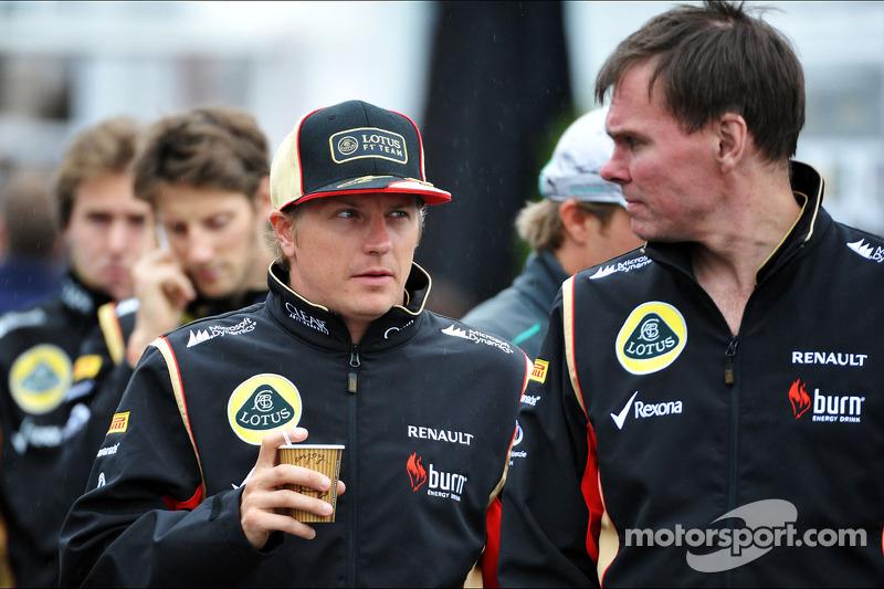 (L naar R): Kimi Raikkonen, Lotus F1 Team met Alan Permane, Lotus F1 Team Trackside Operations Director