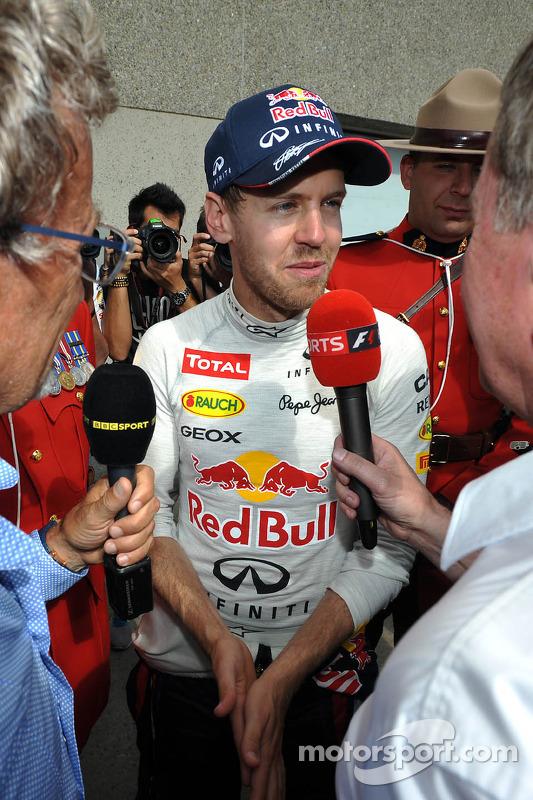 O vencedor Sebastian Vettel, Red Bull Racing é entrevistado by Eddie Jordan