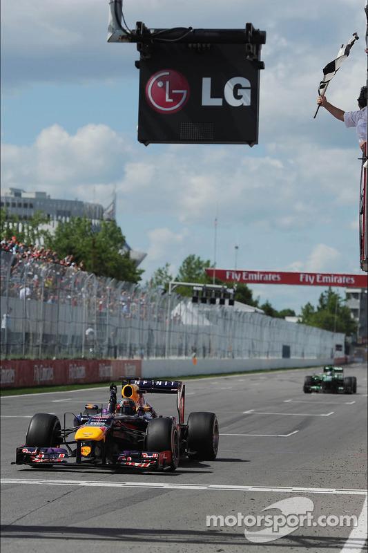 O vencedor Sebastian Vettel, Red Bull Racing comemora takes the chequeBandeira vermelha no fim da corrida