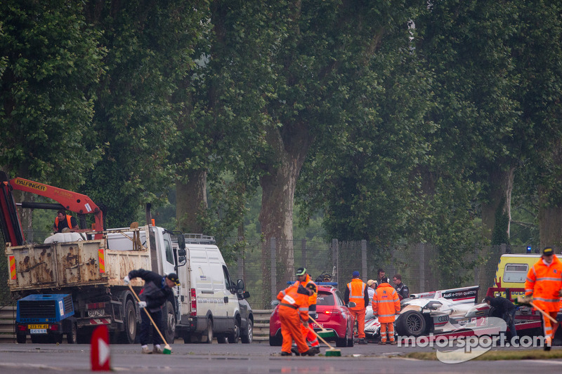 Opruimwerkzaamheden na de crash van #2 Audi Sport Team Joest Audi R18 e-tron quattro in Tertre Rouge